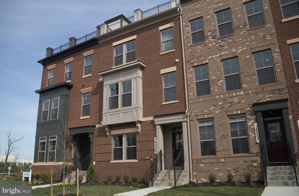 Maison accolée pour l Vente à 14255 Travilah Road 14255 Travilah Road Rockville, Maryland 20850 États-Unis