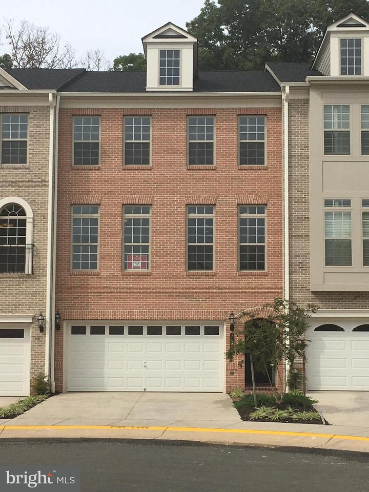 Townhouse for Sale at 7911 Turtle Creek Circle 7911 Turtle Creek Circle Gainesville, Virginia 20155 United States