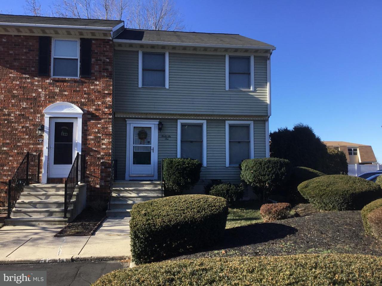 Maison accolée pour l Vente à 46-10 CARRIAGE STOP Drive Florence, New Jersey 08518 États-Unis