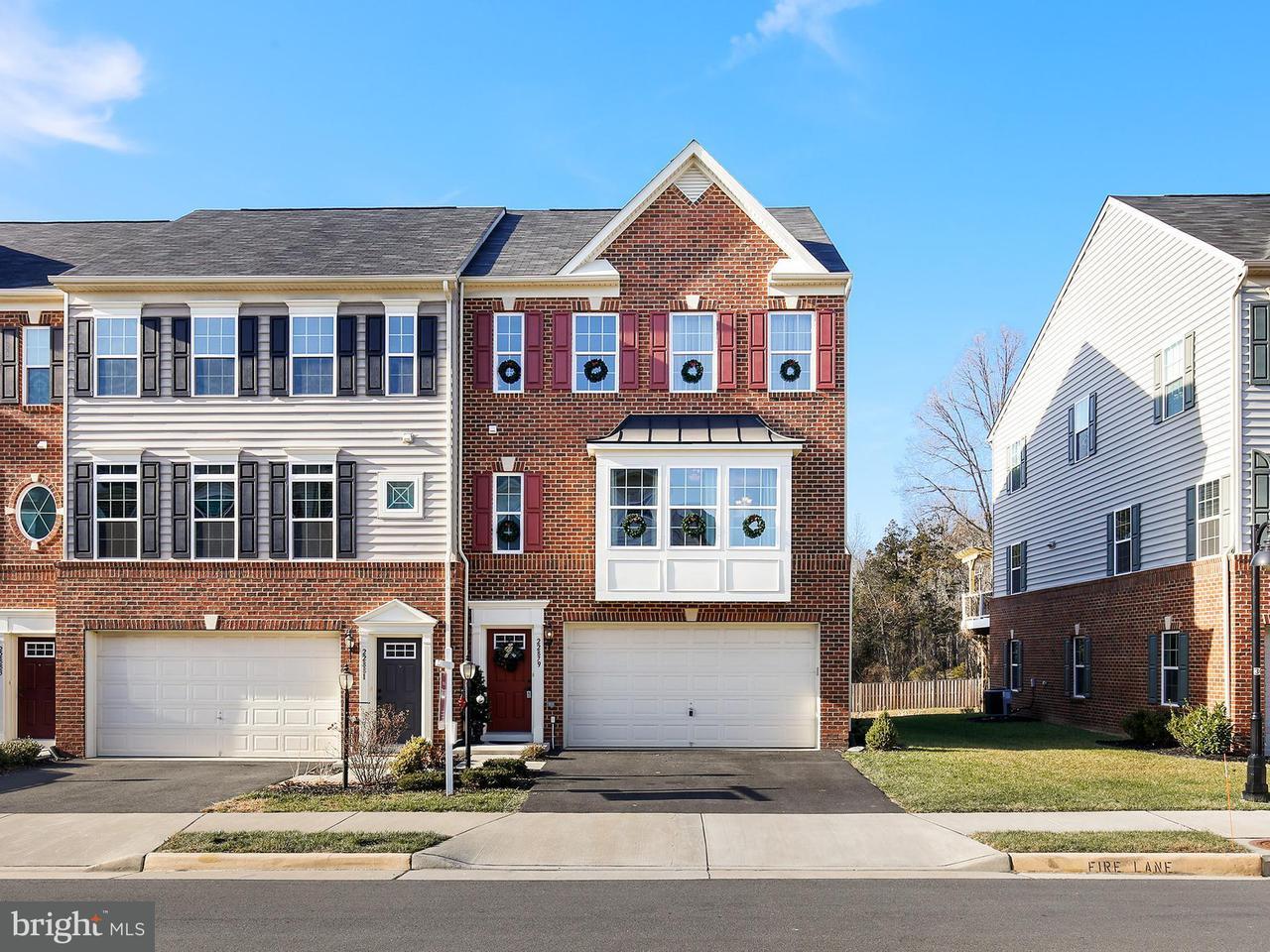 Maison accolée pour l Vente à 22879 Lacey Oak Ter 22879 Lacey Oak Ter Sterling, Virginia 20166 États-Unis