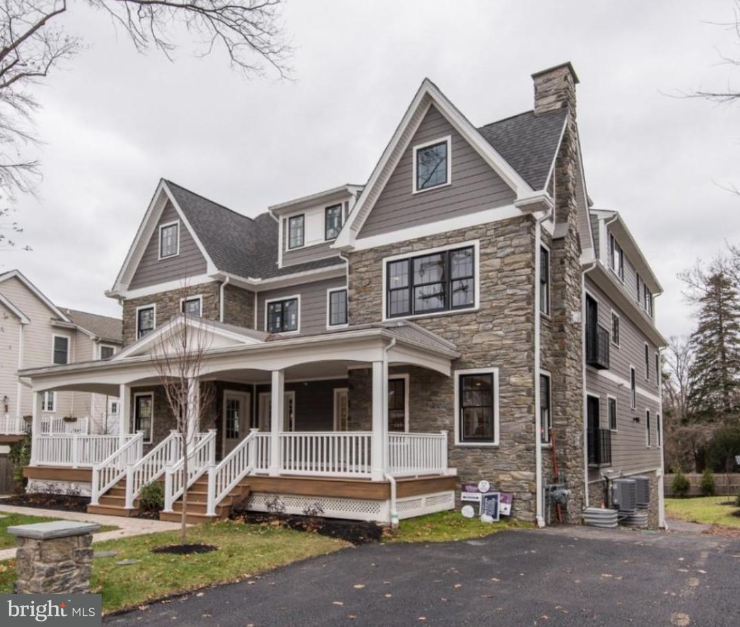 Casa unifamiliar adosada (Townhouse) por un Venta en 111 W MONTGOMERY AVE #C Ardmore, Pennsylvania 19003 Estados Unidos