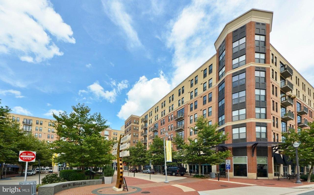 共管式独立产权公寓 为 销售 在 444 Broad St W #308 444 Broad St W #308 弗尔斯切赫, 弗吉尼亚州 22046 美国