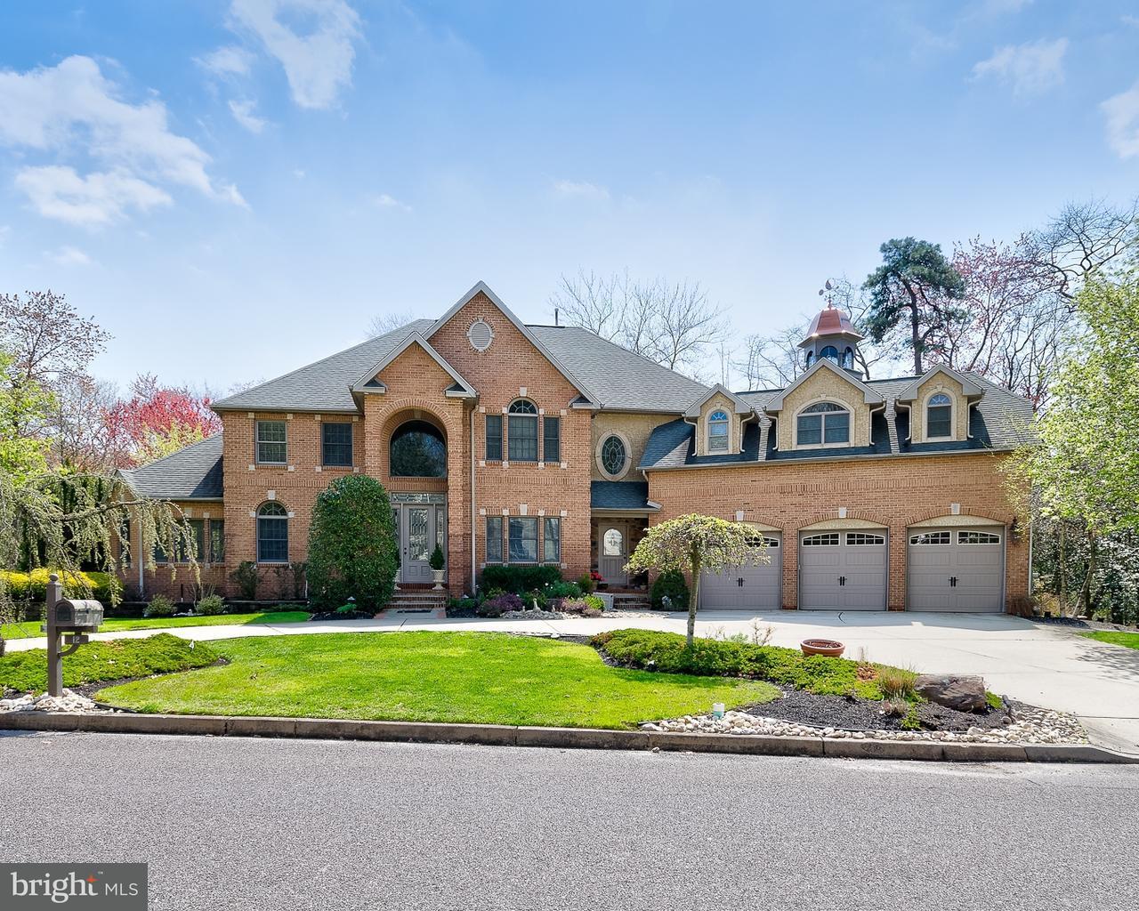 Частный односемейный дом для того Продажа на 12 HIDDEN ACRES Drive Voorhees, Нью-Джерси 08043 Соединенные Штаты