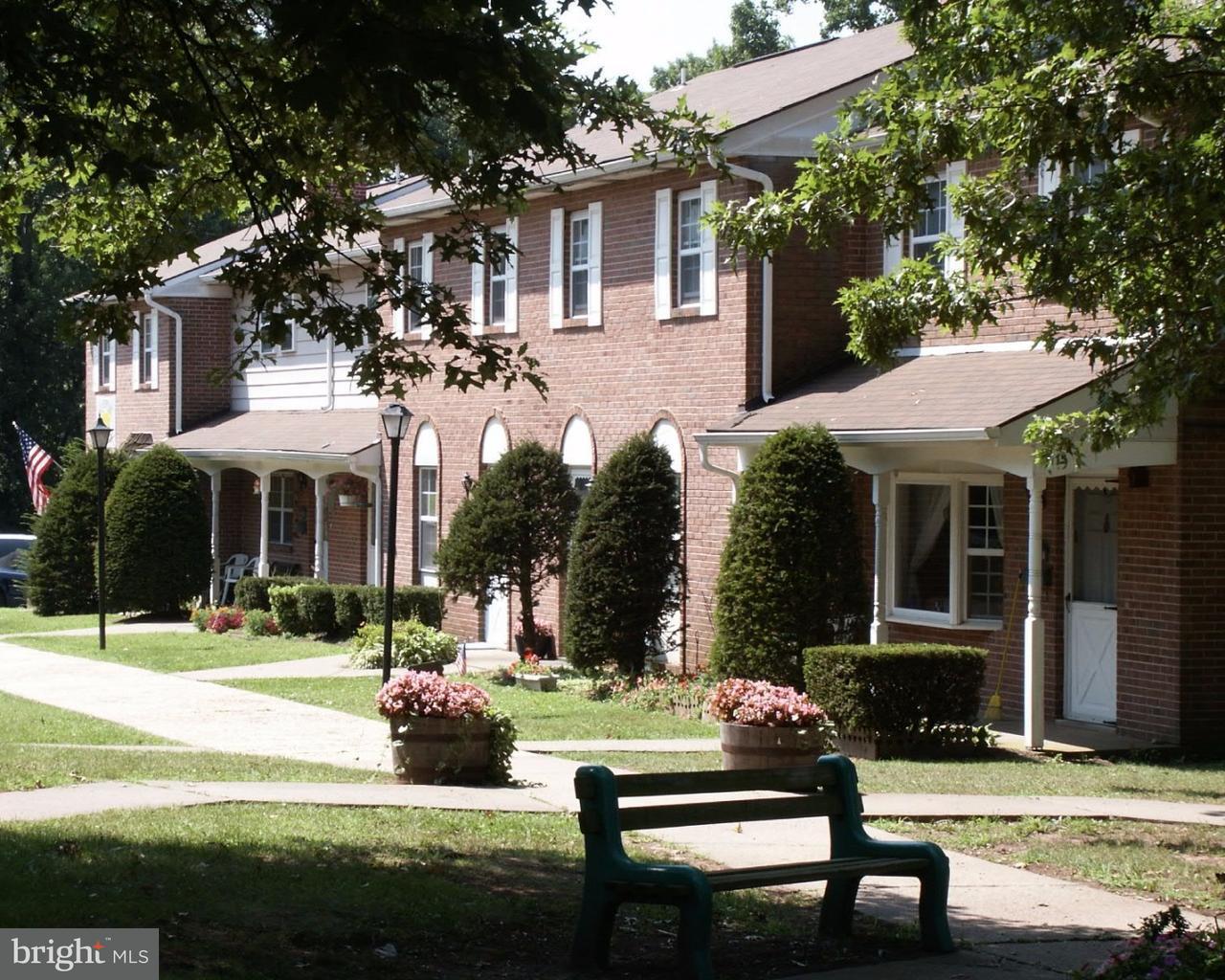 Частный односемейный дом для того Аренда на 604C LAKE Drive Douglassville, Пенсильвания 19518 Соединенные Штаты