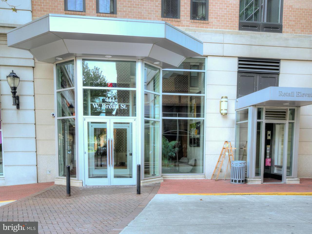 Appartement en copropriété pour l Vente à 444 West Broad St #213 444 West Broad St #213 Falls Church, Virginia 22046 États-Unis