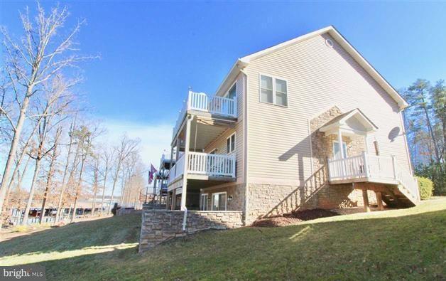 Maison accolée pour l Vente à 328 Lake Front Drive 328 Lake Front Drive Mineral, Virginia 23117 États-Unis