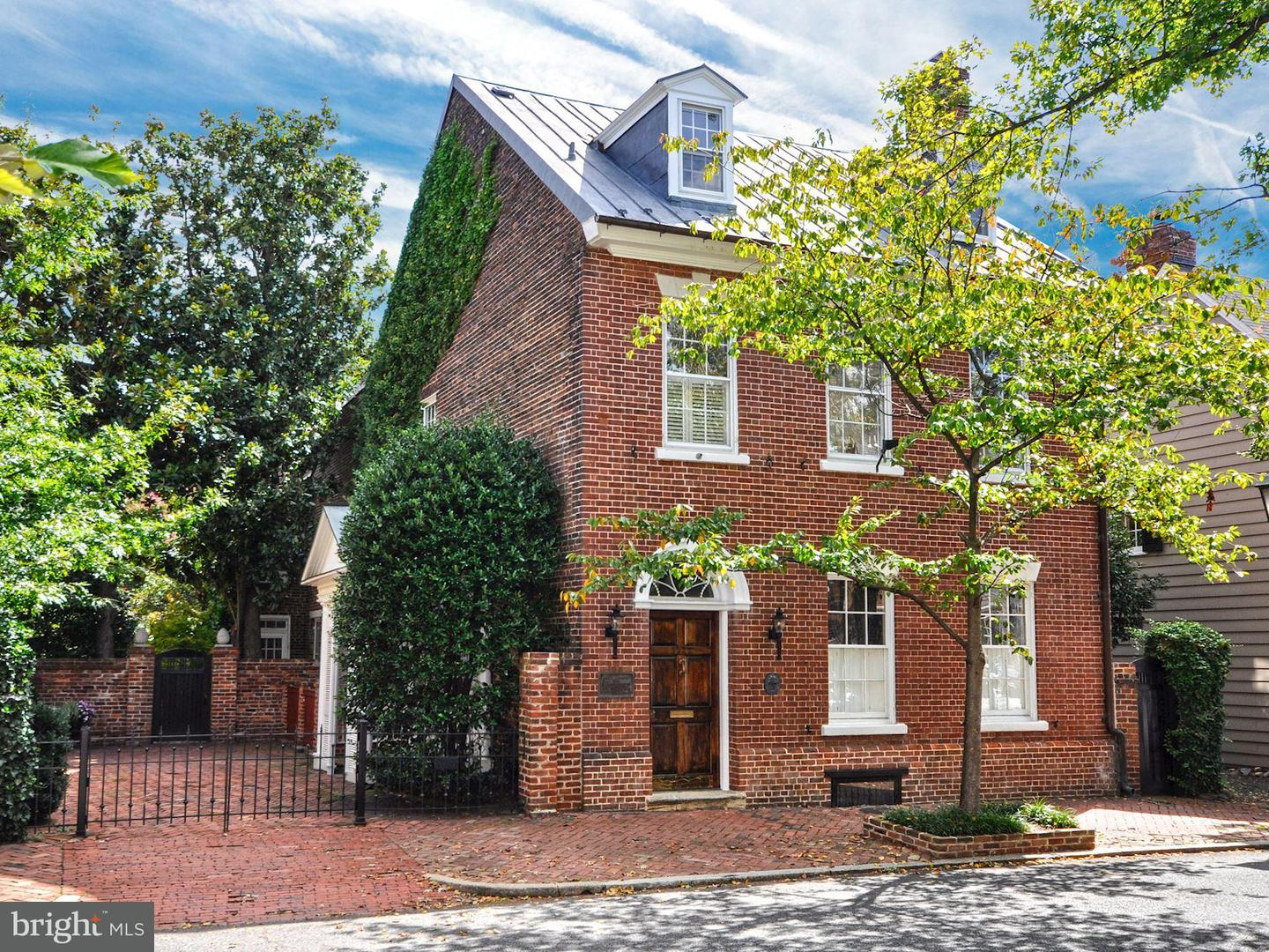 Single Family for Sale at 224 Lee St S Alexandria, Virginia 22314 United States