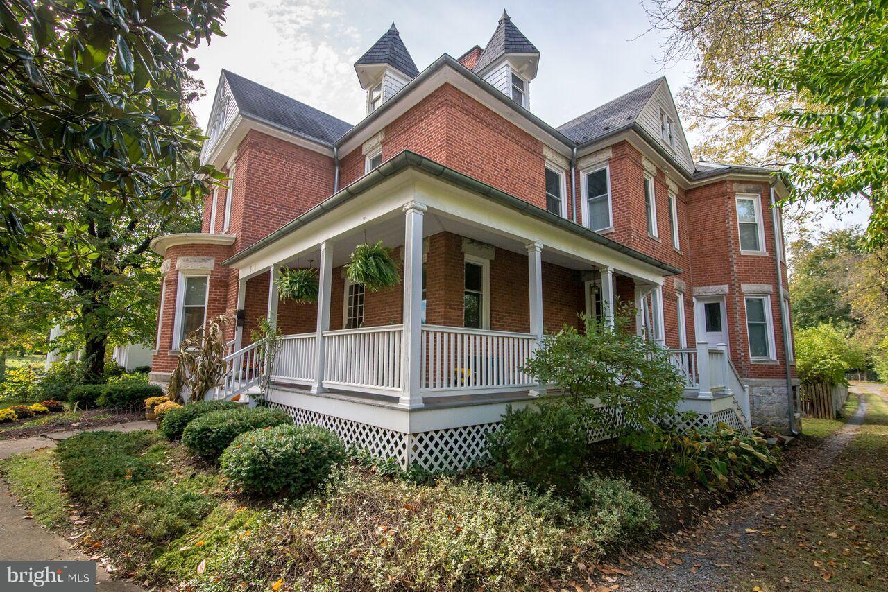 独户住宅 为 销售 在 513 Queen Street 513 Queen Street Martinsburg, 西弗吉尼亚州 25401 美国