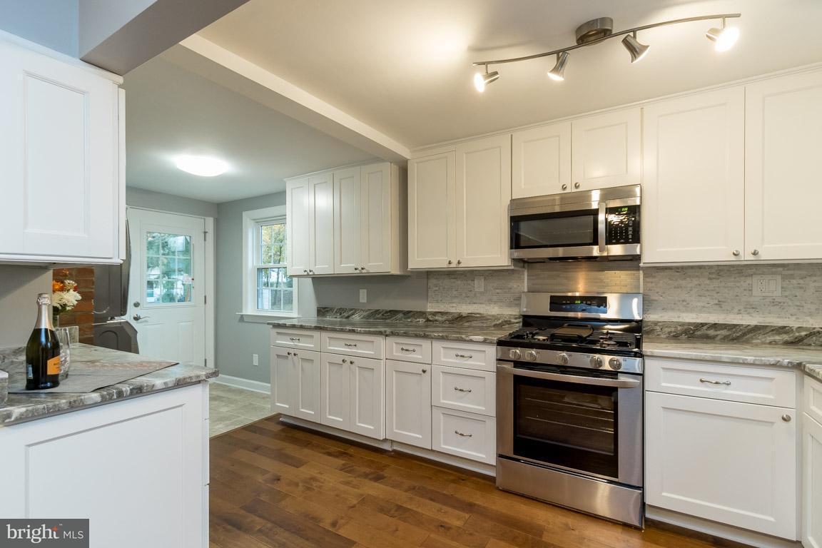 Additional photo for property listing at 10927 Oakwood Drive 10927 Oakwood Drive Fairfax, Virginia 22030 United States