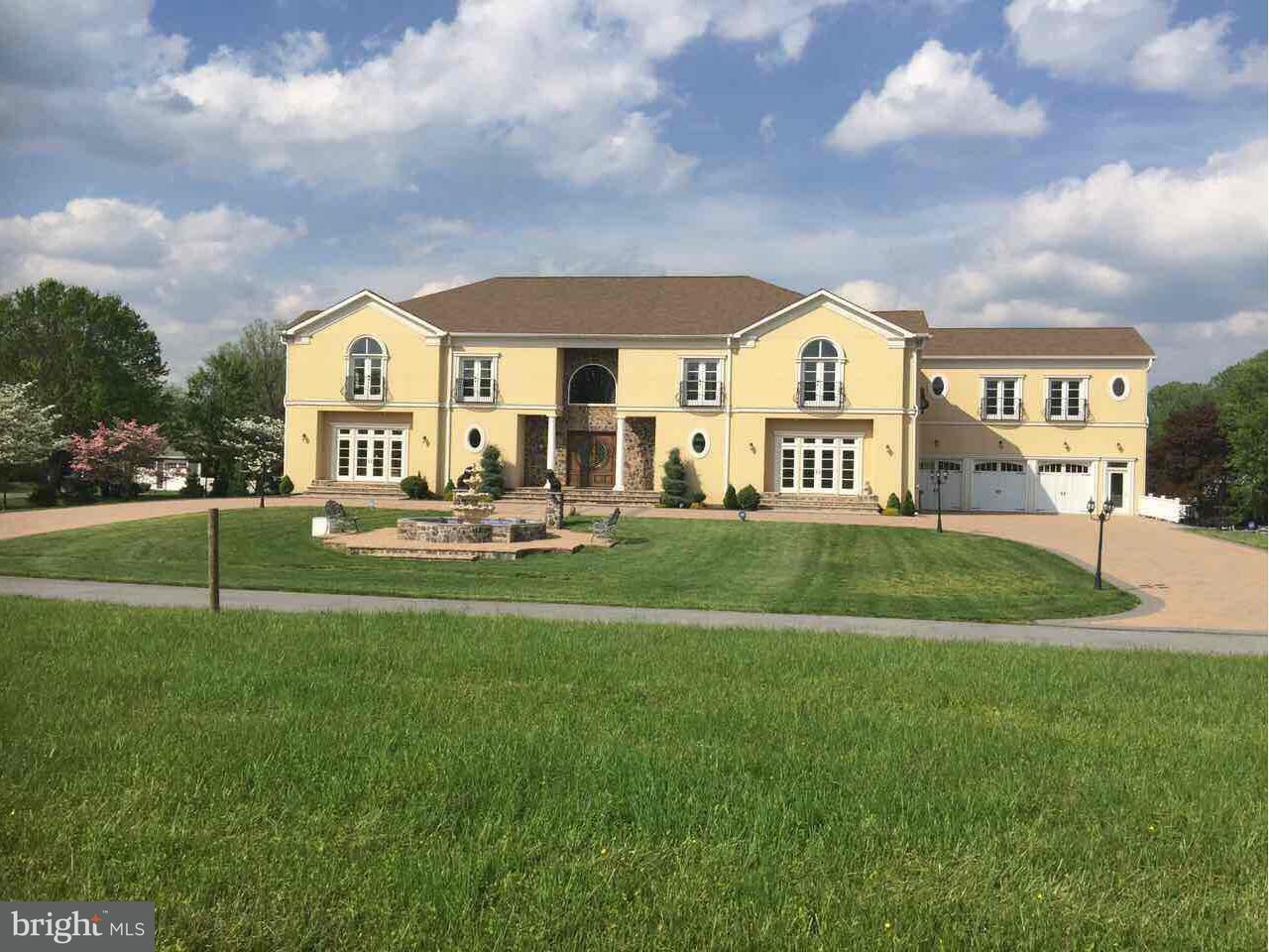 独户住宅 为 销售 在 16434 Oak Hill Road 16434 Oak Hill Road 银泉, 马里兰州 20905 美国