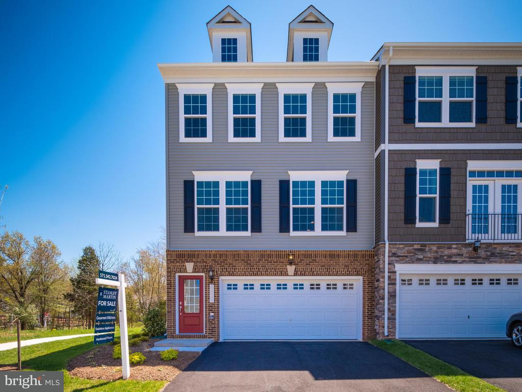 8930 ENGLEWOOD FARMS DR, Manassas VA 20112